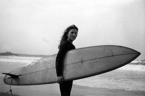 HOMENAJE A LA PRIMERA MUJER SURFISTA